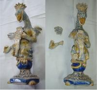 Svícen v podobě griffina, Fajáns se světlým podkladem s modrou a žlutou barvou, Istrie, renesanční styl z 15-16. stol.