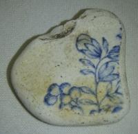 Hliněný střep, s modrou malbou rostliny