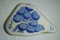 Hliněný střep, s modrou malbou, možná hroznové víno