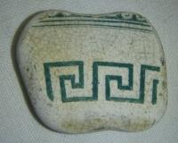 Hliněný střep, se zelenou malbou s Řeckým motivem