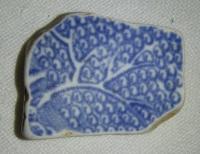 Hliněný střep, s modrou malbou stromu