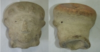 Soška - lidská hlava s otvorem od horní k dolní části, Ekvador