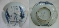Talířek s modrým zdobením 2, bílý porcelán, rozbitý
