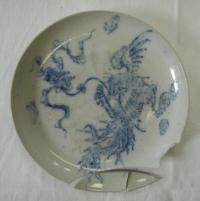 Talířek s modrým ornamentem draka, bílý porcelán, rozbitý, Čína