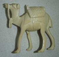 Velbloud vyřezaný ze slonovinové kosti